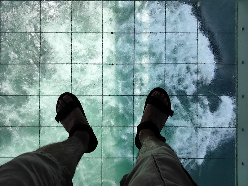 立てるのでなかなか怖い…渦の道の透明な床