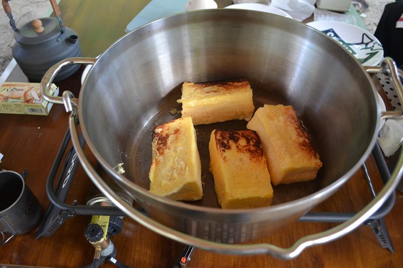 ダッチオーブンでじっくり焼き上げるフレンチトースト
