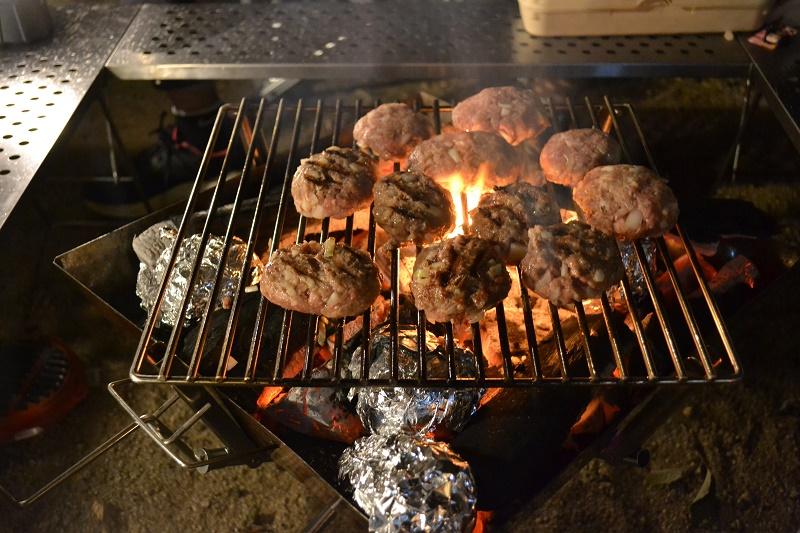 ハンバーグを炭火で焼く