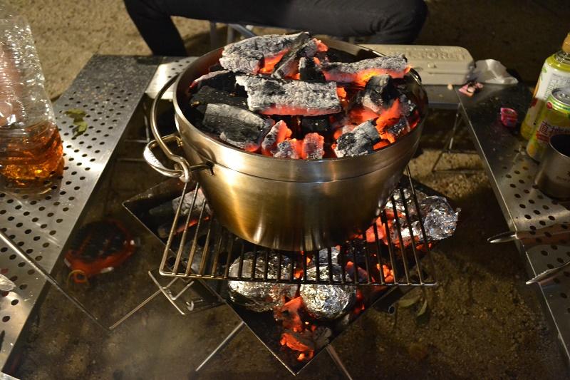 表面を焼いたハンバーグはダッチオーブンで調理する