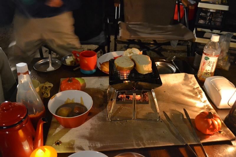 炭火でパンを炙って…ビーフシチュー