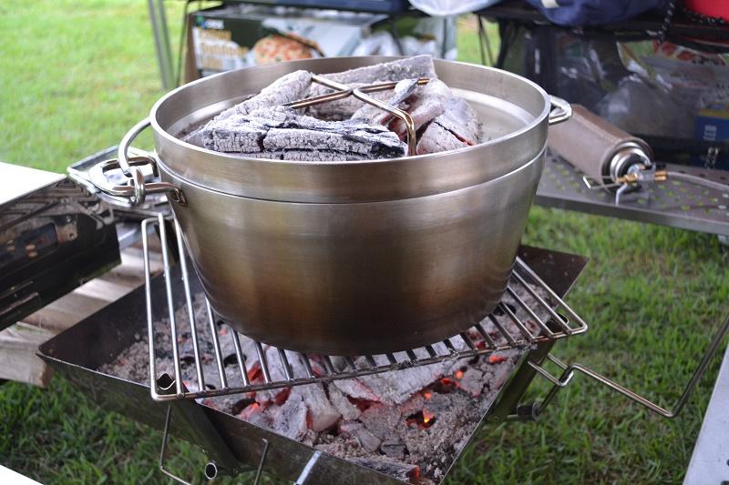 ダッチオーブンでナンドッグを調理