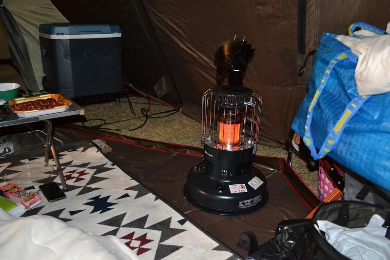 横ではグローストーブで暖を取る