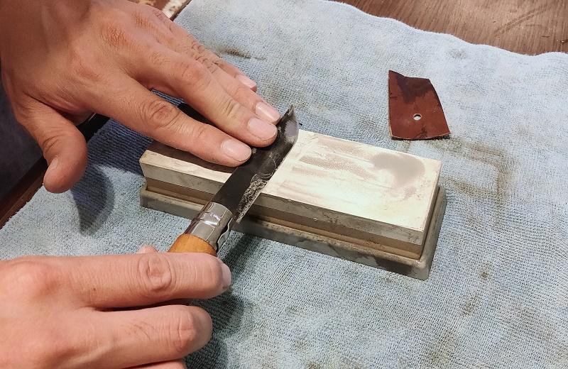 研ぎ石で刃先を研いでいく