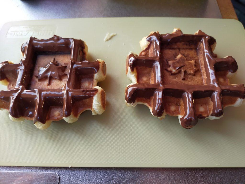 チョコをつけた焼き立てワッフル
