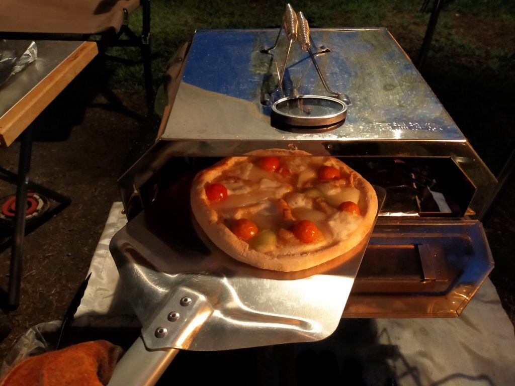ピザオーブンで焼いた冷凍ピザ