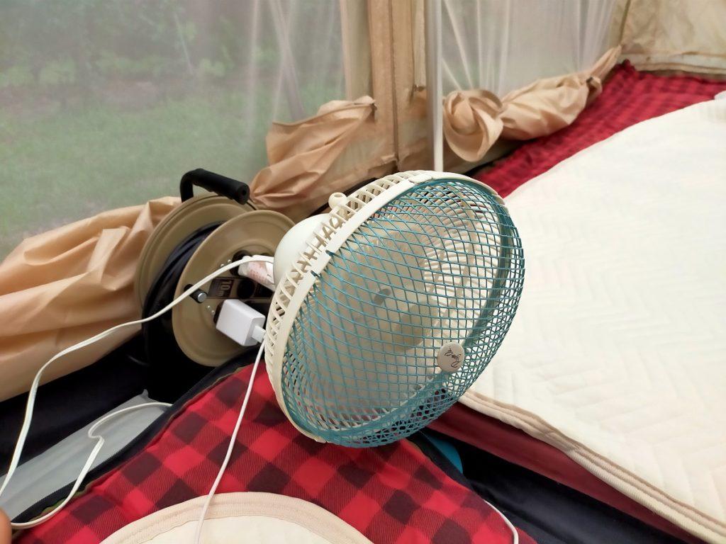 暑い夏キャンプは扇風機も動員
