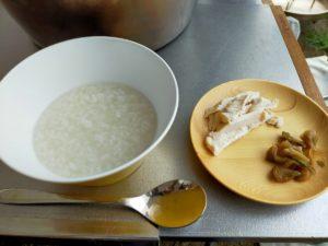 朝は中華粥です