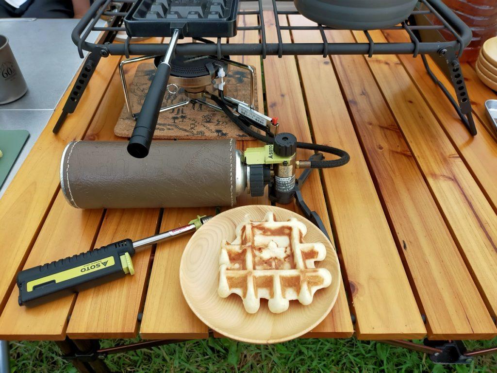 ワッフルをロゴスワッフルパンで焼き上げる